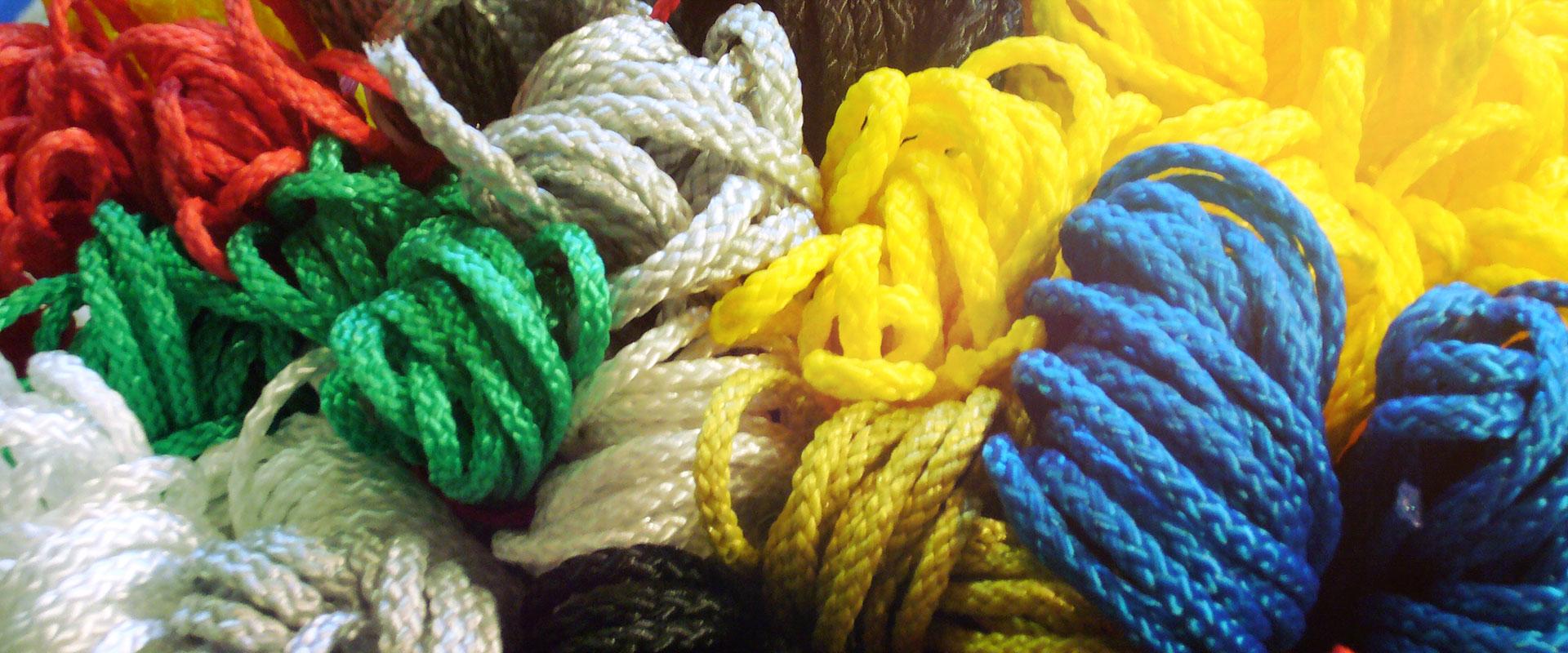 Plusieurs cordes chacunes d'une couleur différente enroulées pour représenter les valeurs d'une entreprise