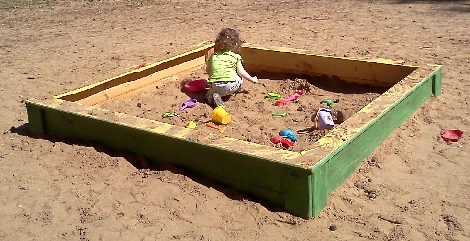 Jeune fille jouant dans un carré de sable