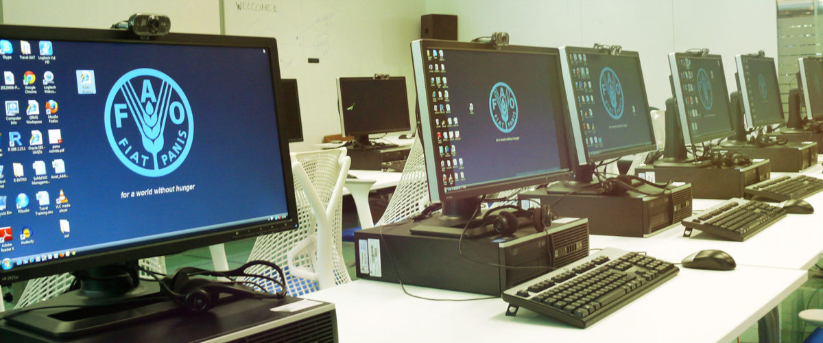 Plusieurs ordinateurs alignés style centre informatique e-learning