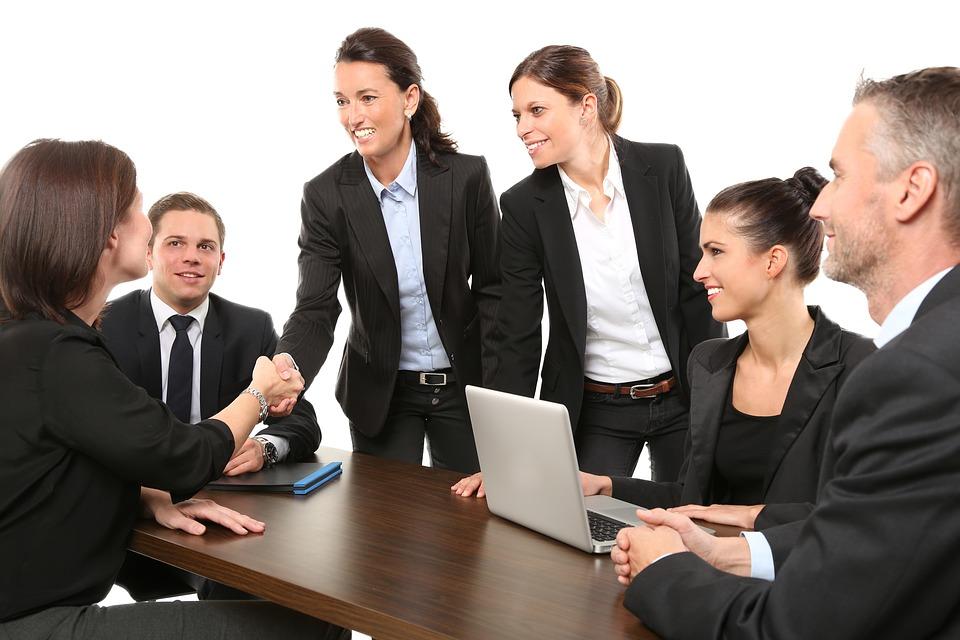 Equipe de professionnels B2B en train de discuter