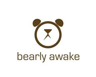 L'horloge et ses aiguilles, ainsi que les deux sonnettes sur le dessus forment une tête d'ours