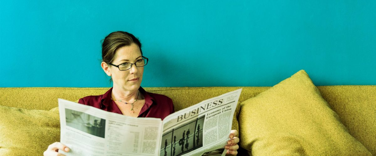 Une dame qui lit son journal