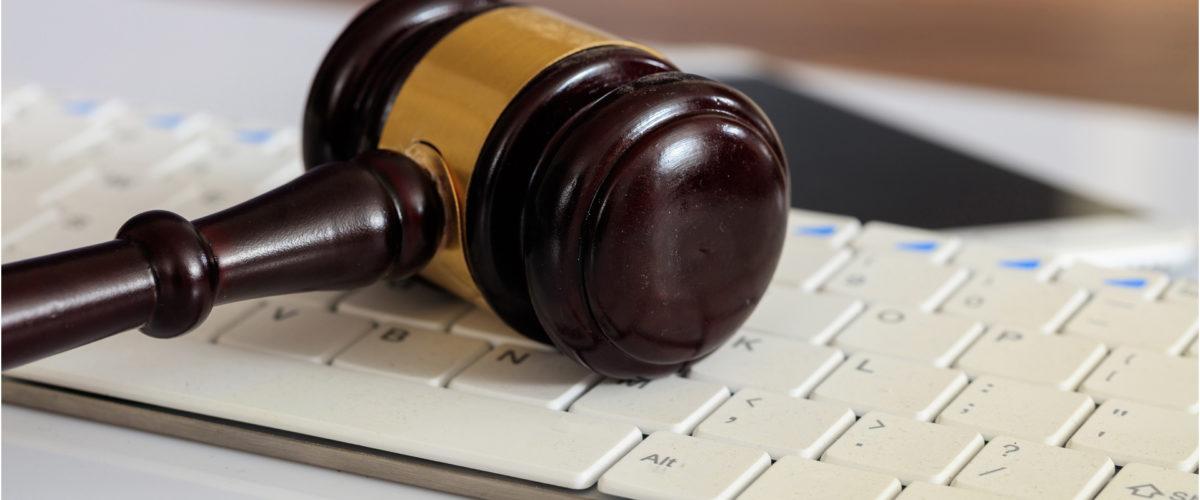 Maillet de juge posé sur un clavier d'ordinateur