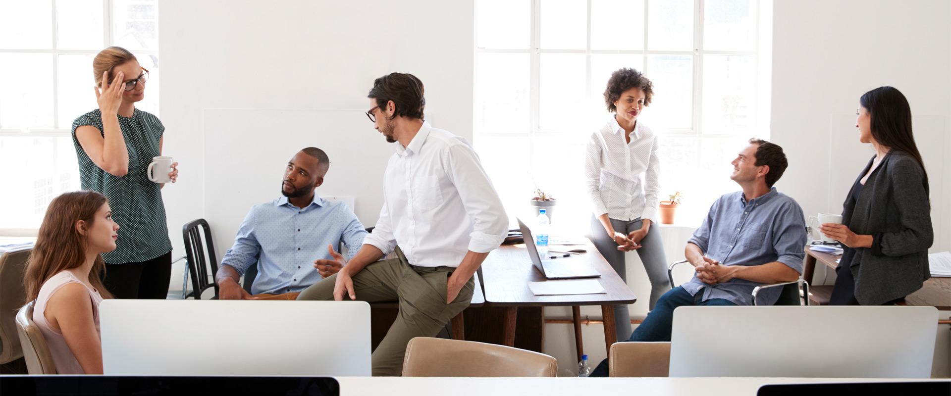 équipe discutant dans un open space de co working