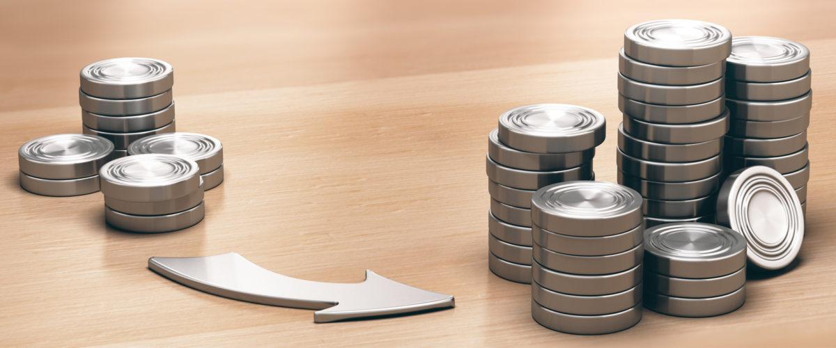 pièces de monnaie évoluant de peu nombreuses à grand nombre via une flèche