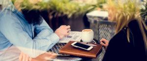 Deux personnes discutant autour d'une table présentées de manière anonyme