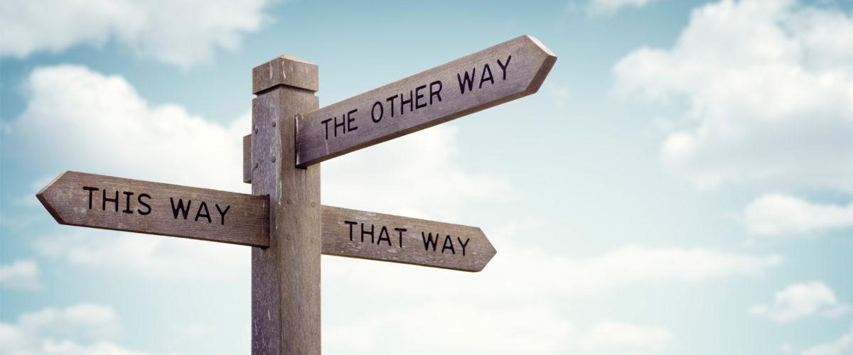 Panneau en bois indiquant trois chemins/voies différents