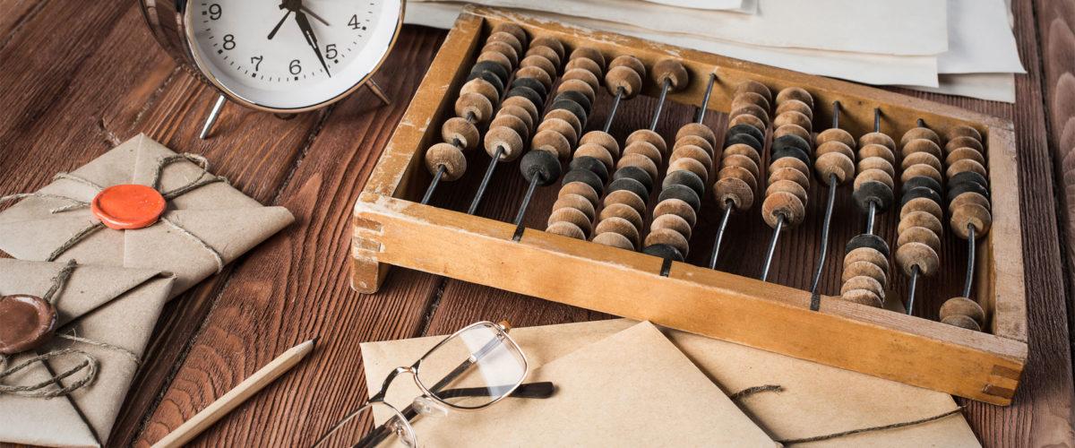 Outils de travail anciens posés sur une table