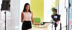 Femme tournant une vidéo au travail