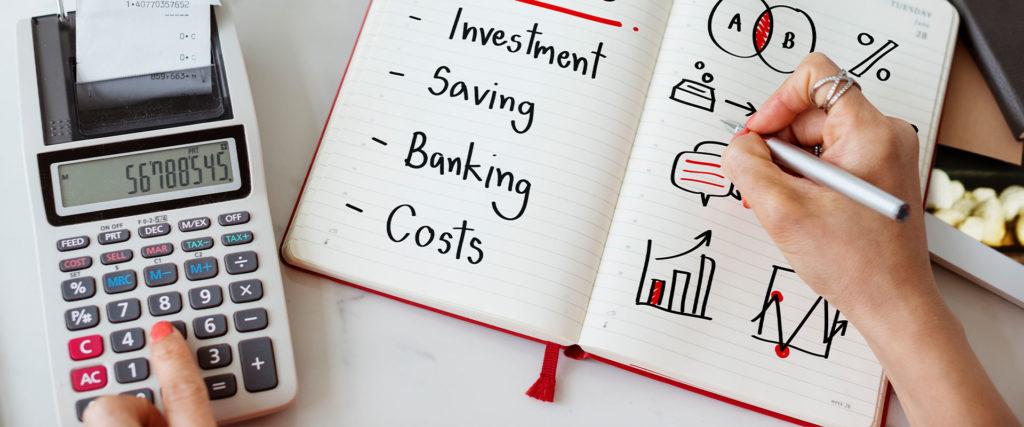 Photo représentant une personne listant et calculant les coûts