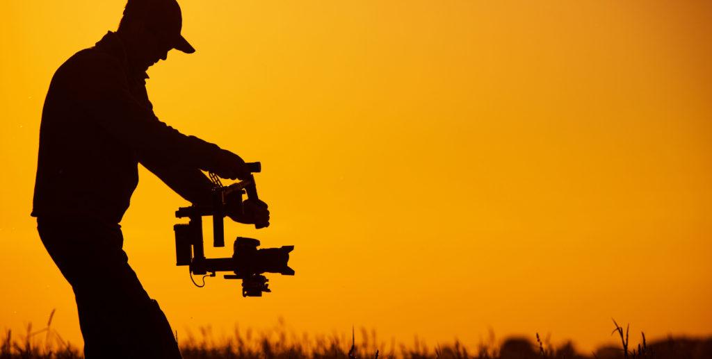 Ombre d'un homme en train de filmer avec un appareil professionnel