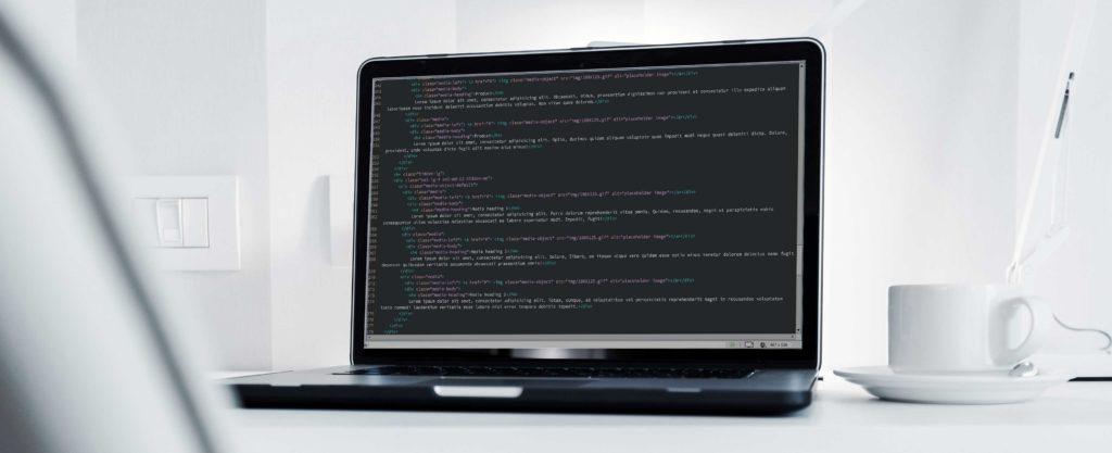Lignes de code sur laptop