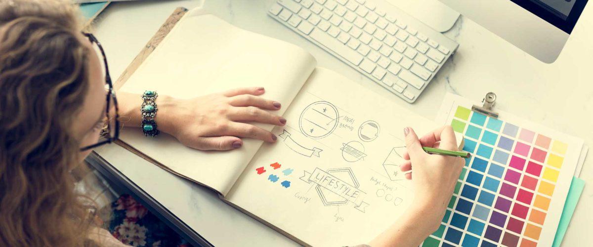 Un femme dessinant des logos